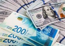 Hundert Dollar Banknoten mit zweihundert Schekeln Stockfotografie