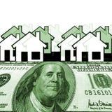 Hundert Dollar mit Häusern im Hintergrund Stockbilder