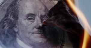 Hundert-Dollar-Rechnung brennt stock video