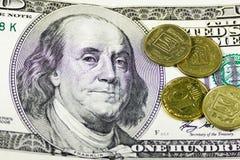 Hundert-Dollar Rechnungen und Münzen Lizenzfreies Stockbild