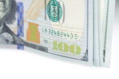 Hundert Dollar schließen oben mit selektivem Fokus und Scheinwerferlicht Stockbilder