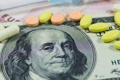Hundert Dollar und Pillen Stockbilder