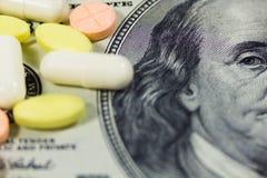 Hundert Dollar und Pillen Lizenzfreie Stockfotos