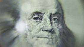 Hundert Dollar unter der Lupe stock footage