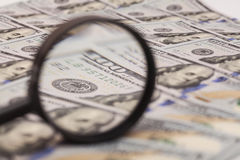 Hundert Dollarbanknote unter Lupe Lizenzfreies Stockbild