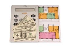 Hundert Dollarschein-Geldstapel und und Taschenrechner auf Plänen Lizenzfreies Stockbild