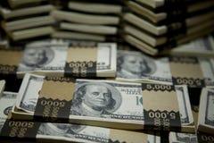 Hundert Dollarschein rollt 1 zusammen Stockfotos