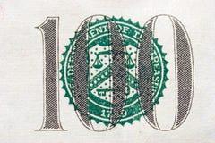 Hundert Dollarschein-Schwerpunktskalen Stockfotos
