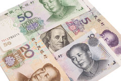 Hundert Dollarschein umgeben vom Chinesen Yuan Lizenzfreie Stockfotos