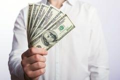 Hundert Dollarscheine in den Händen Stockfoto