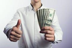 Hundert Dollarscheine in den Händen Stockfotos