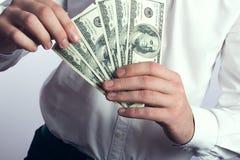 Hundert Dollarscheine in den Händen Lizenzfreie Stockfotos
