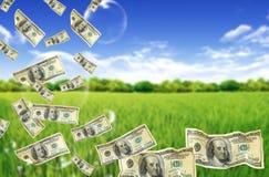 Hundert Dollarscheine, die in Luftblasen tauchen Stockfotografie