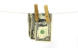 Hundert Dollarscheine, die von einem Wäscheleinekonzept für Geldwäsche 2016 hängen Lizenzfreie Stockfotos