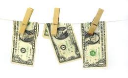Hundert Dollarscheine, die von einem Wäscheleinekonzept für Geldwäsche 2016 hängen Stockbilder