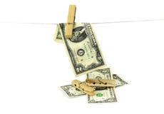 Hundert Dollarscheine, die von einem Wäscheleinekonzept für Geldwäsche 2016 hängen Lizenzfreies Stockfoto