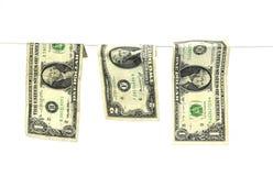 Hundert Dollarscheine, die von einem Wäscheleinekonzept für Geldwäsche 2016 hängen Lizenzfreie Stockfotografie