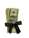 Hundert Dollarscheine gebunden in einem schwarzen Farbband Lizenzfreie Stockfotografie