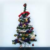 Hundert Dollarscheine Geld auf Weihnachtsbaum Kleiner verzierter Weihnachtsbaum auf einem blauen Hintergrund stockbild