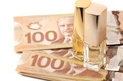 Hundert Dollarscheine mit botlles des Parfüms lizenzfreie stockfotografie