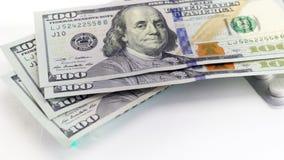 Hundert Dollarscheine werden auf die Pillen gesetzt und Spritze, Sucht ist teuer stock video