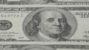 Hundert Dollarscheinnahaufnahme - 2 Makrophotographie von Banknoten Portrait von Benjamin Franklin stock video
