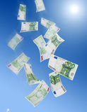 Hundert Eurobanknotefallen Stockfoto