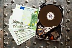 Hundert Eurobanknoten und hardisk stockbilder