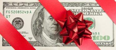 Hundert Rechnung mit rotem Bogen und Farbband Lizenzfreie Stockfotografie
