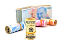 Hundert und zweihundert türkische Lira und Dollar auf weißem backgr Stockbild