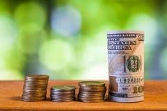 Hundert US-Dollar Rechnungsbanknoten, mit amerikanischen Cents prägt Lizenzfreie Stockfotos