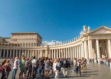 Hunderte von den Anbetern richten in Vorbereitung auf Masse an St- Peter` s Basilika aus Lizenzfreies Stockfoto