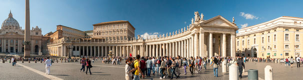 Hunderte von den Anbetern richten in Vorbereitung auf Masse an St- Peter` s Basilika aus Stockfotos