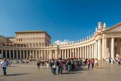 Hunderte von den Anbetern richten in Vorbereitung auf Masse an St- Peter` s Basilika II aus Stockfotos