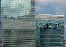 Hunderte von den Bürofenstern in New- Yorkwolkenkratzer Lizenzfreie Stockbilder