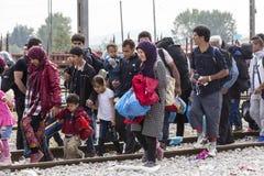 Hunderte von den Immigranten sind in einer Wartezeit an der Grenze zwischen Greec lizenzfreie stockfotos