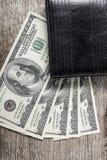 Hunderte von US-Dollars auf alter hölzerner Planke Lizenzfreie Stockbilder