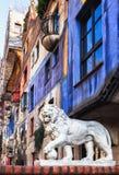 Hundertwasser一头狮子的议院和雕塑在前景的 免版税库存照片