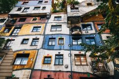 Hundertwasser房子门面在维也纳,奥地利 库存照片