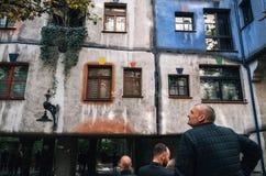Hundertwasser房子门面在维也纳,奥地利 库存图片