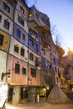 Hundertwasser议院在晚上 库存照片