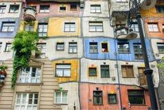 用奥地利艺术家Hundertwasser的概念建造的超现实的公寓 免版税库存图片