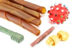 Hundespielwaren und -festlichkeiten stockbild