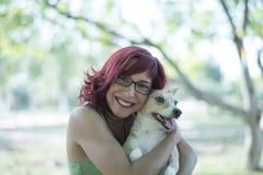 Hundeumarmung lizenzfreie stockbilder