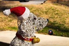 Hundeweihnachtsdekoration, die Santa Hat trägt stockbild