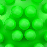 Hundezähne massieren Spielzeugkugelknopfmuster, große deailed grüne Makronahaufnahme Lizenzfreie Stockfotos