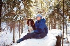 hundflicka henne som utomhus är älsklings- Arkivfoto