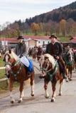 Hundham Tyskland, Bayern 04 11 2017: Leonhardi ritt i den bayerska Hundhamen Arkivfoton
