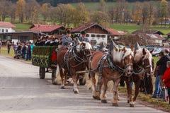 Hundham Tyskland, Bayern 04 11 2017: Leonhardi ritt i den bayerska Hundhamen Arkivbild