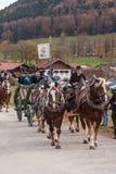 Hundham Tyskland, Bayern 04 11 2017: Leonhardi ritt i den bayerska Hundhamen Arkivfoto